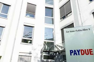 Zufriedener Benefit Büroservice Kunde Pay Due Inkasso